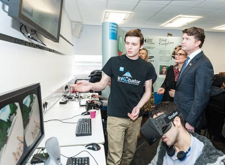Student shows computer lab to US ambassador